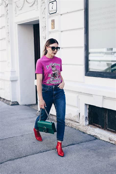 Colour Blocking Outfit mit Print-Shirt und Ankle Boots