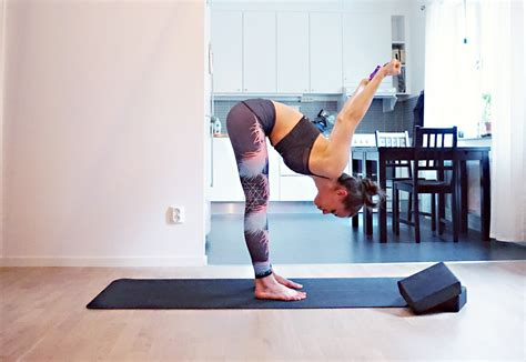 How to Use a Yoga Strap • Banana Bloom